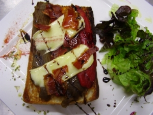 Coca del Maresme amb escalivada, formatge brie i cruixent de bacó